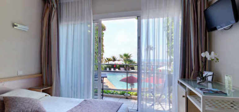 Photo d'une chambre de l'hôtel Azur avec vue sur la piscine