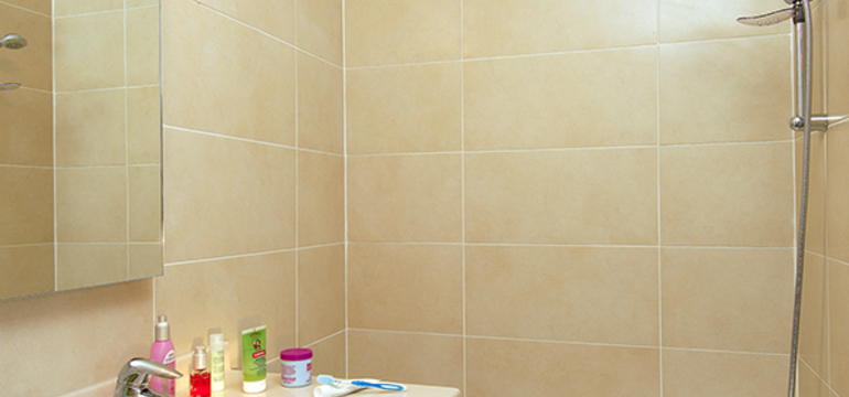 Salle de bain d'un appartement de la résidence Resideal